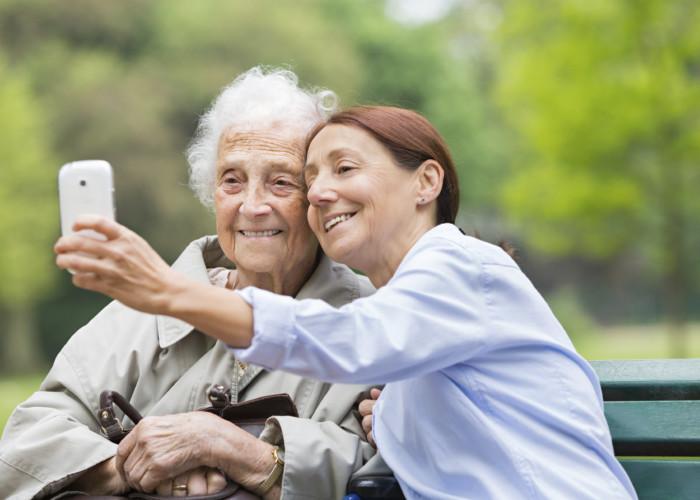 Social Media and California Senior Care: A Perfect Match to Keep Seniors Socializing